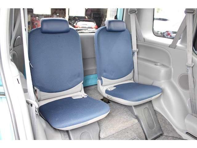サード席も、気持ちよく乗って頂けるよう内装をきれいに仕上げました。
