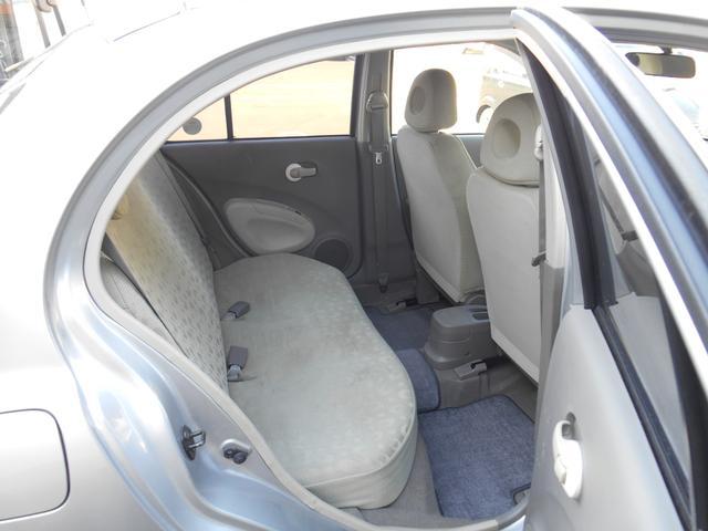 リヤシートのスペースはそれなりですが、大人でも十分座れます。
