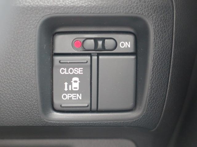 運転席からスライドドアの開閉を行うことができます!あるとお子様の乗り降りなどに便利ですよ!