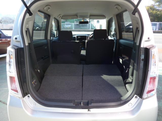 後部座席シートを倒すと長いお荷物なども積めます。