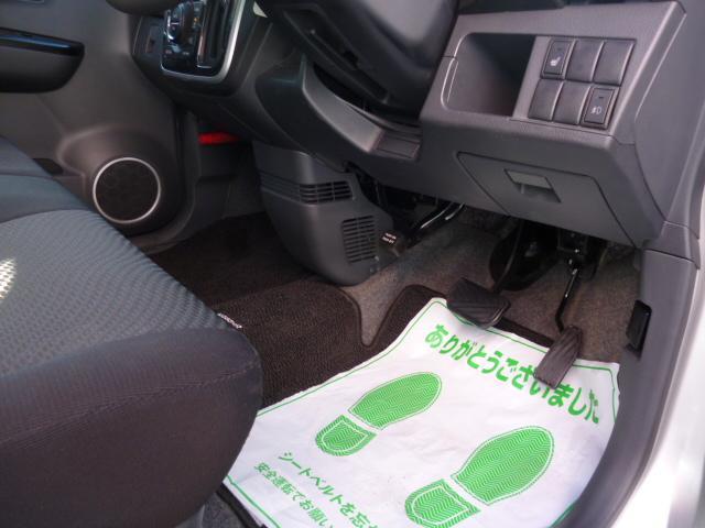足元もとても綺麗なお車です。