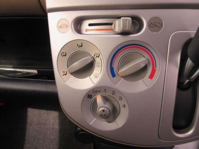 マニュアルエアコン☆室内の温度調整として冷房・除湿ができるのはもちろんのこと冬場や雨天時の窓の曇り取りとしても活用できるエアコン。
