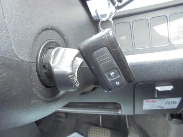 キーフリーシステム!携帯リモコンを持っていれば、リクエストスイッチを押すだけでドアの施錠・解錠が可能。ブレーキを踏んでエンジンスイッチを回せば、エンジンの始動・停止もできます!
