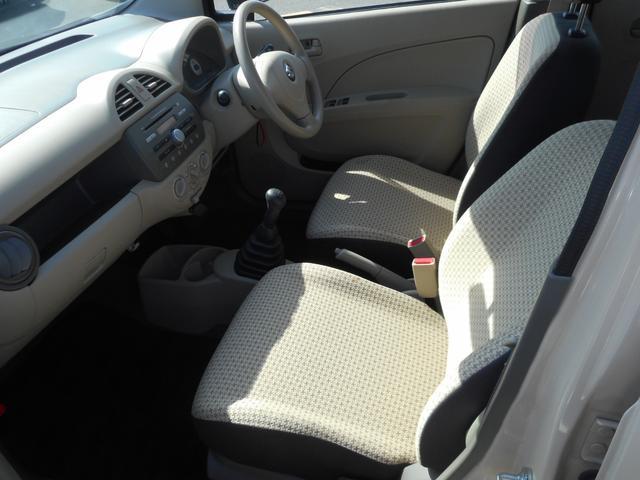 運転席は足元広々です。リラックスして運転できますね。