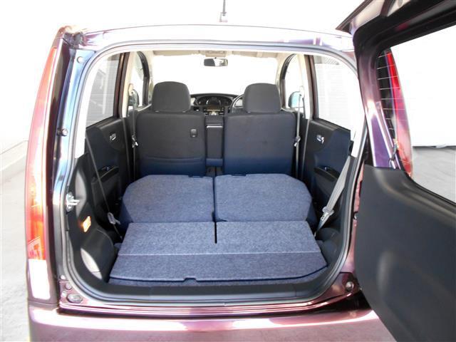 セカンドシートを倒せば広い空間ができ、大きな荷物も乗せられます。