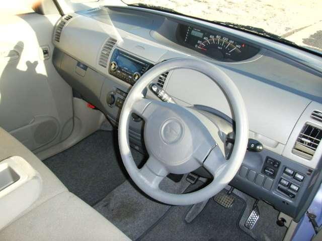 広々ベンチシート!視界も広く、車内も広々!どなたでも運転しやすい車です。