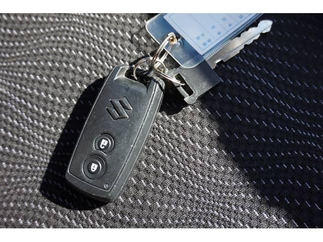 スマートキー☆キーを持っているだけで、ドアハンドル横のボタンを押すとドアの施錠・開錠が行えます。そのままキーが車内にあればエンジンをかけることもでき、とても便利です!!