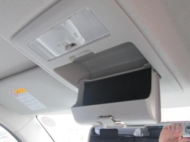 前席の天井部には、サングラスホルダー付き!使いたい時にさっと取り出せて便利♪