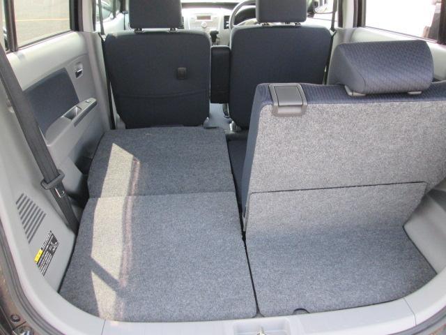 このおクルマは、☆荷室独立型☆ 分割式の後部座席を前側に倒して、広い荷室が確保できます!長さのあるお荷物も積めますね☆☆