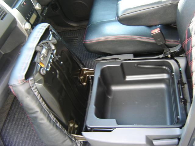 助手席の下に収納があります!持ち運びも出来てとても便利です♪詳しくはスタッフまでTEL029−240−5221メールmito−oharai@ac.auone−net.jp
