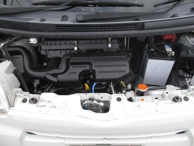 エンジンルームも綺麗にクリーニングをして納車致します。普段の洗車では、洗えない場所の1つです。認定中古車だからこそ、細かい場所もクリーニングされています。