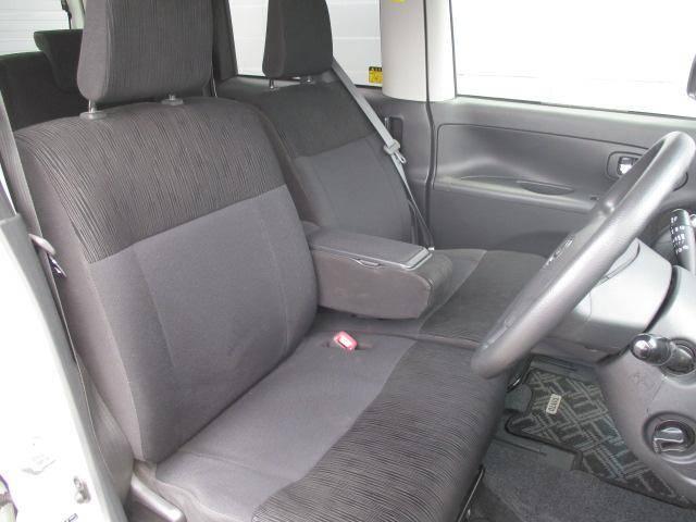 とても広々としたフロントシートスペースです。大人の方でも余裕の広さでゆったりとくつろげるスペースです。