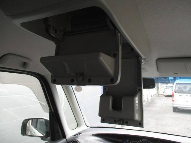 天井にはメガネや小物を収納するスペースが!