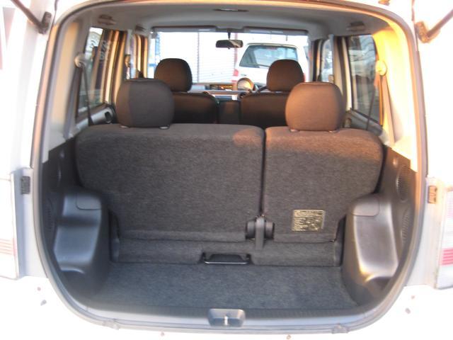 ラゲッジスペースもコンパクトカーですが、広々としております。後部座席を畳めば、大きな荷物も楽々収納可能ですよ。