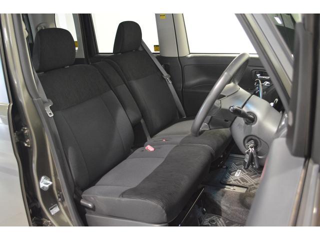中央に肘掛けを備えたフロントシート