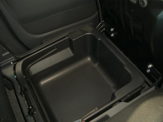 助手席の下にも収納スペース!