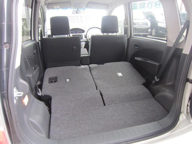 後席のアレンジが左右分割で、バックドアからの操作もレバー1つで簡単に折りたたむことが出来ます!