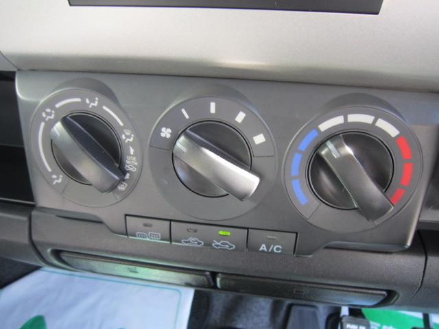 ダイヤル方式で操作性の良いマニュアルエアコン!暑い夏場も快適にドライブできます!