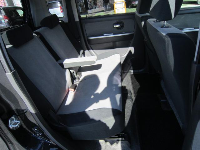 ★後席は足元ゆったり!床面はほぼフラット!シートも余裕タップリのサイズで大人が並んで座ってもきちんとくつろげます!左右別々にスライド&リクライニング★