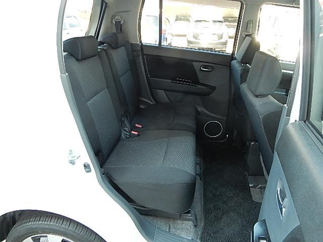 大人2人がゆったり座れるリアシートは、長時間のドライブでもくつろげます♪足元にもゆとりがございます。