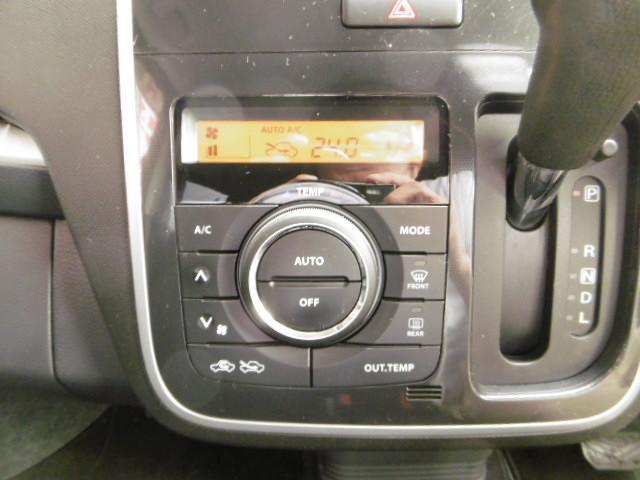 車内の空調はコレにお任せ!温度設定とボタン1つで年中設定温度に保ってくれる便利なオートエアコンも装備されています!