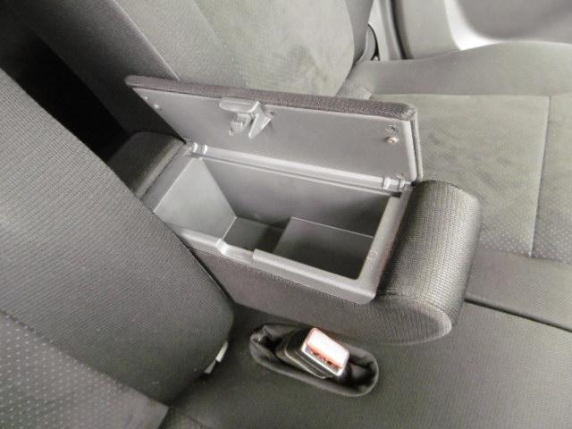 ロングドライブ時の疲労軽減に大きく貢献するアームレストもフロント席間に装備!収納も兼用し優しいアイテムですね!
