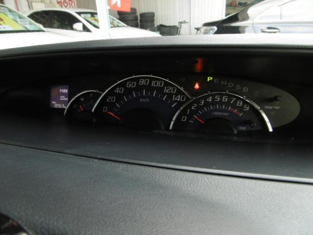 センター部分に配置されたメーター内には燃費計も装備!