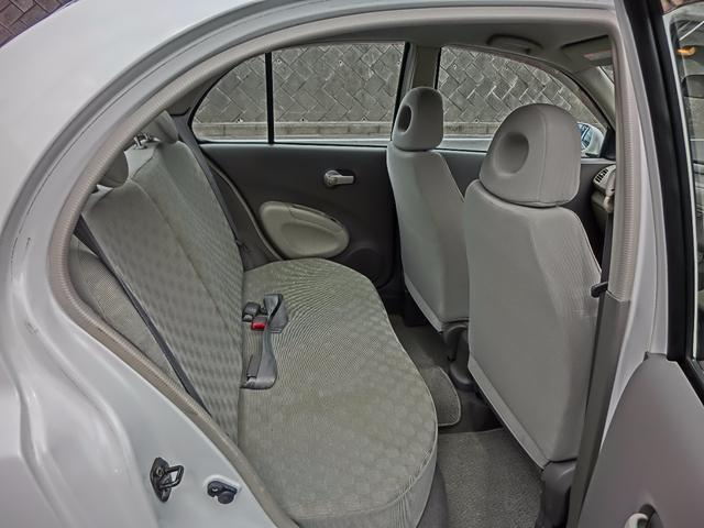 後部座席の足元も余裕があり、使用感も実に少ないです。