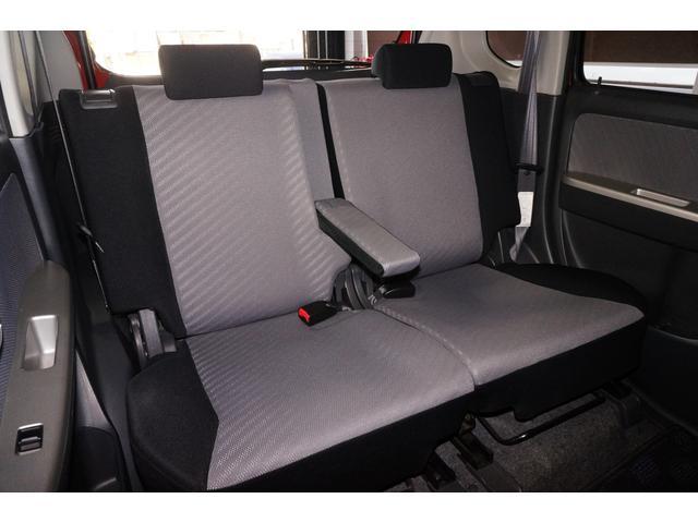 セカンドシートにも、センターアームレストと左右独立リクライニング機構を搭載し後席も快適です。