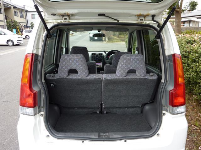 荷台スペースは、広くはありませんが後部座席シート背もたれを前方に格納すると荷室を広げることができます。