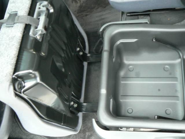 大容量の収納BOX!助手席のシートの下にあります!取り外しも出来てとっても便利です!(*´∇')ノ