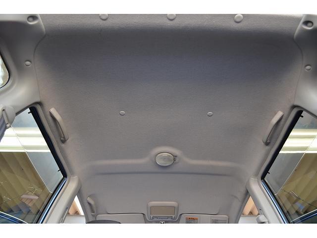 天井が高いので広く感じる車内です