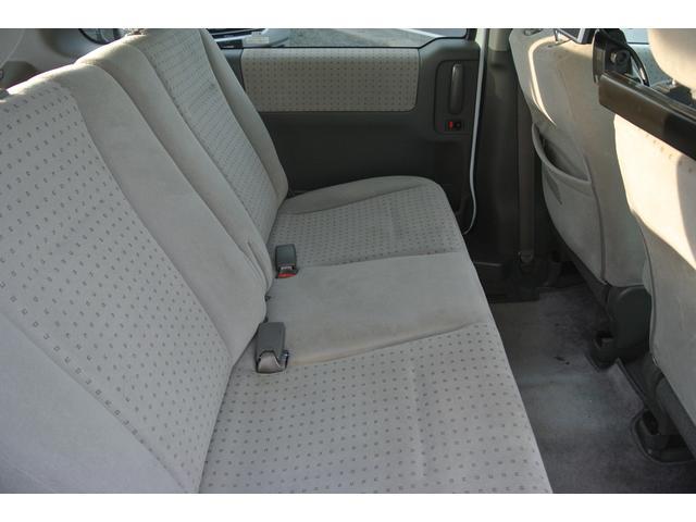 セカンドシートとサードシートを畳むとフラットで広々にもつも詰めますよ!