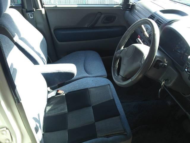 シートにはアームレストもついてますので、長距離ドライブも苦になりません。
