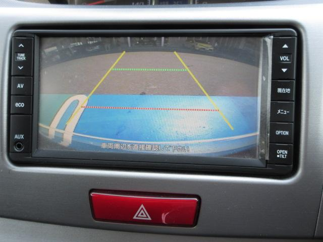 シフトをバックに入れるとモニターにカラーで後方が映って車庫入れのサポートをしてくれます♪