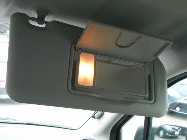 運転席日除けの裏には鏡があるので身だしなみのチェックに便利です♪夜間はライトが点灯します♪