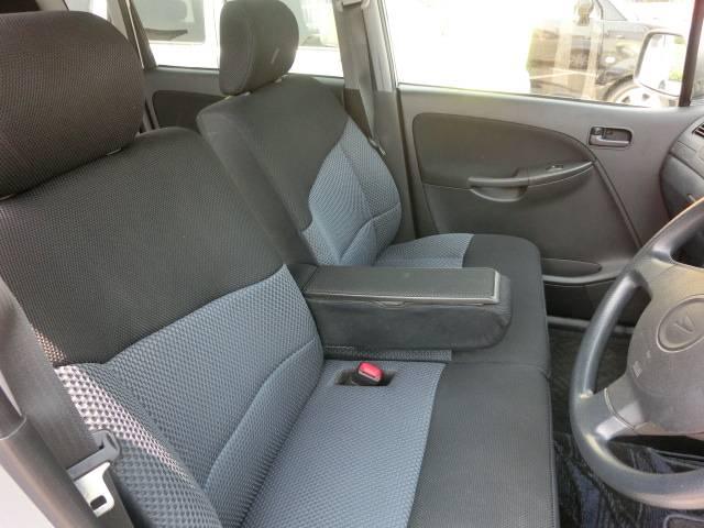 前席もベンチシートなのでゆったり運転できます!