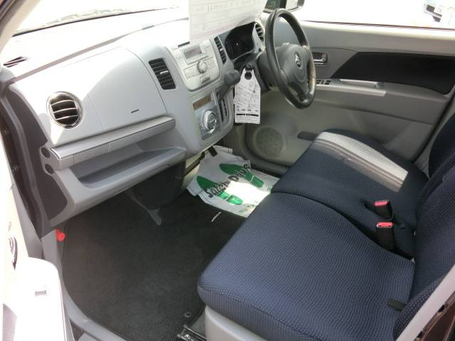 広々ベンチシート!運転席&助手席ゆったり座れる!