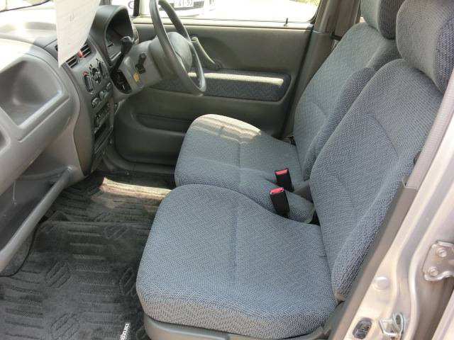 ベンチシートなので運転席・助手席も広いです!足元もゆったりです!