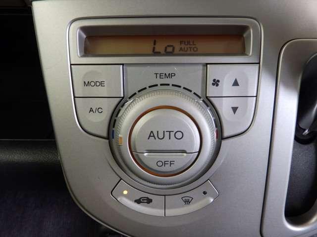 好みの温度をセットするだけで、風量などをを自動で調整してくれるフルオートエアコンを装備です。