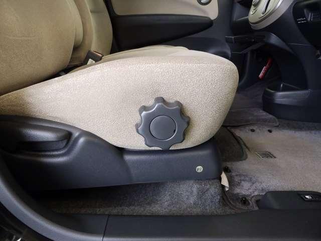 シートの高さを調節して、最適な姿勢で運転できる運転席ハイトアジャスターが付いています。
