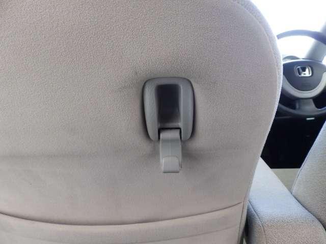 助手席側シートバックには、コンビニでの買い物袋を引っ掛ける、便利なコンビニフックが付いています。