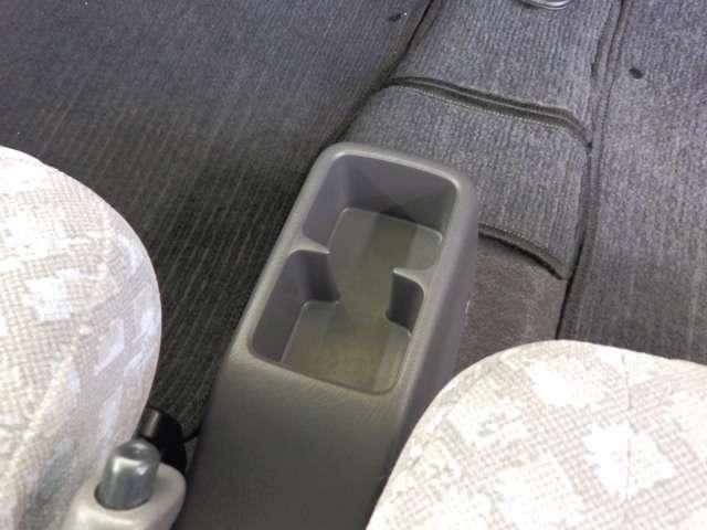 運転席と助手席の間にドリンクホルダーがあります。角型なので、パックもOK! ※形状により入らないものもあります。