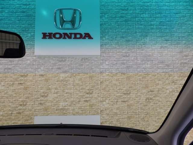 ハーフシェイドウインドウがフロントシートへの日光の直射を軽減し、運転中の眩しさを和らげます。