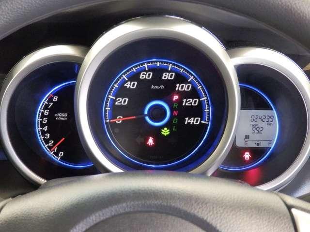 高品質なシルバーメーターリングの中に映えるブルーの照明。乗るたびに心躍る3眼メーターです!