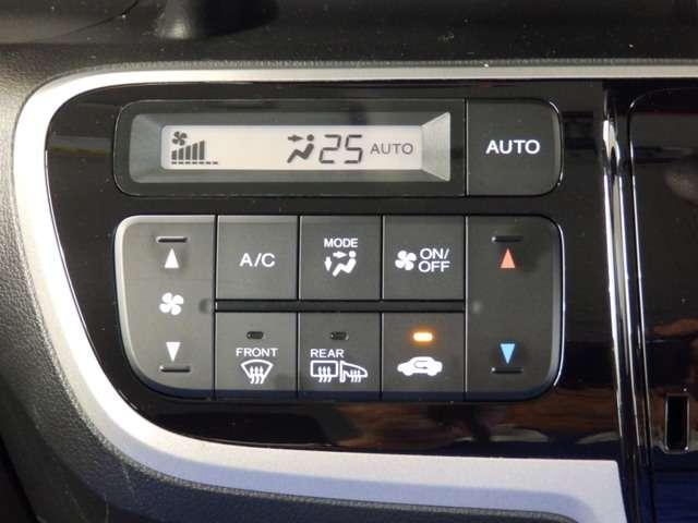好みの温度をセットするだけで、風量などをを自動で調整してくれるフルオートエアコンを装備。また凹凸のないパネルですっきりです。