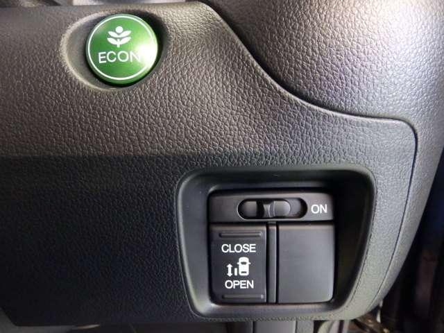 ECON スイッチを押すと省エネ運転をアシストしてくれます。 左側パワースライドドアは運転席のスイッチでも操作できます。【当車両は左側のみパワースライドドア仕様車です。】