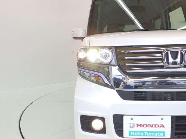 ディスチャージヘッドライトは、より遠くまで明るく照らして運転に安心感を。さらにフォグライトも装備ですので夕暮れや雨天時などにも便利です。