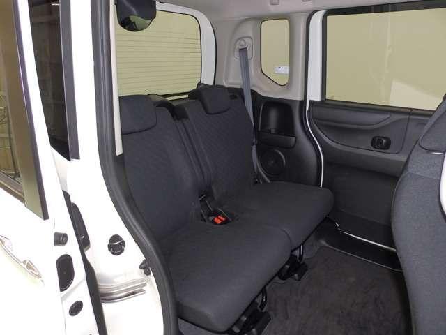 足元が広いので、ゆったりとくつろげる後席空間。軽の域を超えています!