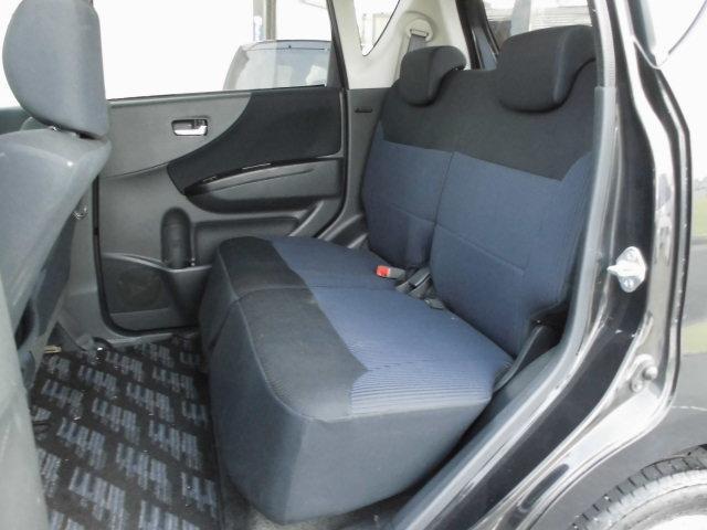 ゆったり座れるリアシート!足元も広々していて、乗り心地も良いです!後部座席はくつろげる空間が大事ですよね!長距離ドライブでも快適な時間を過ごせます♪